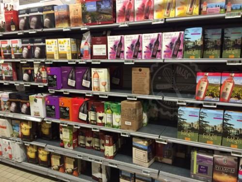 Habia un estante del tamaño de un pasillo dedicado sólo al vino en cajas... Vino en cajas, no botellas en cajas, vino en bolsas dentro de cajas con un surtidor... Están locos estos franceses...