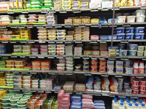 La estantería de las mantequillas. Mientras tanto en España yo hay veces que solo tengo dos tipos de mantequilla para elegir, con y sin sal, y a veces encima ni eso...  T_T