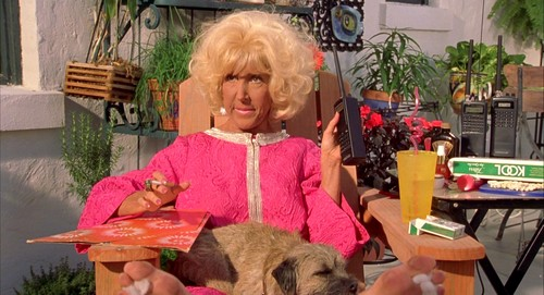Sí, es la señora de Algo pasa con Mary, ahora imaginaosla en la otra escena en la que sale pero con body milk >_<